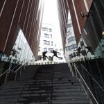 Menschen HafenCity   Bild im Sprung  Fototour Hamburg